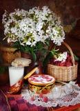 Lantlig stilleben med mogna hallon och mjölkar Royaltyfri Fotografi