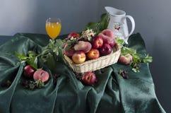 Lantlig stilleben med mogna persikor Arkivfoton