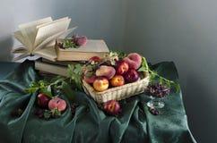 Lantlig stilleben med mogna persikor Royaltyfri Foto
