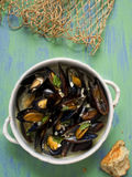 Lantlig svart mussla i sås för vitt vin för vitlök Arkivbilder