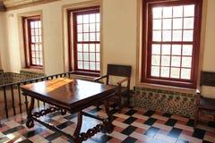 Lantlig tabell och stol i ett solbelyst rum  Royaltyfri Foto