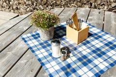 Lantlig tabellinställning med den rutiga bordduken Fotografering för Bildbyråer