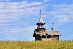 Lantlig träkyrka i Ryssland Royaltyfri Foto