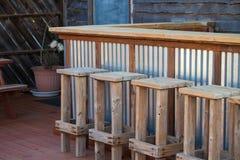Lantlig trästång och stolar på tom uteplats Fotografering för Bildbyråer