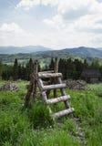 Lantlig tr?stege och Beskid berg arkivfoto