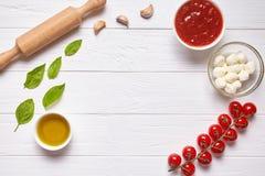 Lantlig traditionell italiensk matbakgrund med tomt kopieringsdesignutrymme på det vita trätexturköksbordet Royaltyfri Fotografi