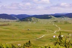 Lantlig väg i naturlandskap för grön dal Royaltyfri Fotografi