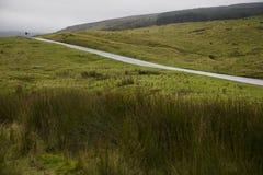 Lantlig väg i Yorkshire dalar Yorkshire England Arkivbild