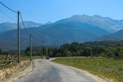 Lantlig väg in till kullarna Arkivfoton