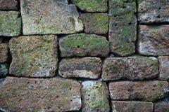 Lantlig vägg av naturliga stenar som en bakgrund arkivfoton