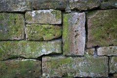 Lantlig vägg av naturliga stenar som en bakgrund Arkivbilder