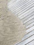 Lantlig Yin Yang form på sandig strandpromenad royaltyfri fotografi