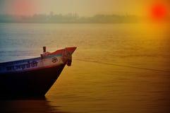 Lantliga Asien-fattiga fiskares fartyg som binds till kusten Arkivfoton