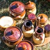 Lantliga bruna krukmakerier och smaktillsatsbehållaren ställde in på försäljningen hemifrån Royaltyfri Bild