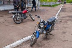Lantliga cyklistmopeds, aktiv livsstil royaltyfri fotografi