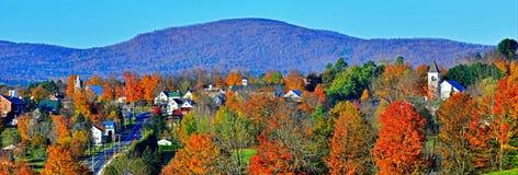 Lantliga Danville Vermont stoppade bort i de färgrika gröna bergen HDR Fotografering för Bildbyråer