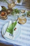 Lantliga festliga tabelldetaljer med lösa ormbunkar, handgjord garnering och stearinljus arkivbilder