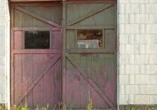 Lantliga garagedörrar Arkivbild
