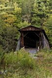 Lantliga & historiska korridorer Mills Covered Bridge - Catskill berg - New York Royaltyfri Foto