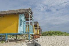 Lantliga hus för kulör wood strand Royaltyfri Foto