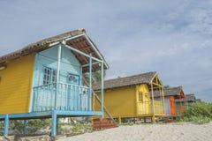 Lantliga hus för kulör wood strand Royaltyfri Bild