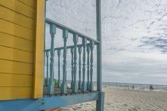 Lantliga hus för kulör wood strand Royaltyfria Foton
