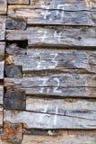 Lantliga hus från träjournaler Textur av en vägg av det trälantliga huset Fotografering för Bildbyråer