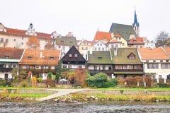 Lantliga hus i Cesky Krumlov arkivfoto