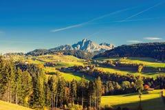 Lantliga hus, natur och berg av omgivningen av Merano i landskapet av Bolzano på den sena hösten Royaltyfria Bilder