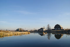 Lantliga hus near laken Fotografering för Bildbyråer