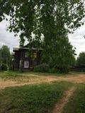 Lantliga hus och vägar, sommar i Ryssland Arkivbilder