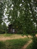 Lantliga hus och vägar, sommar i Ryssland Arkivbild