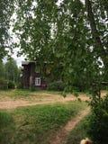 Lantliga hus och vägar, sommar i Ryssland Royaltyfri Foto