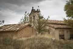 Lantliga hus som göras av trä och lera, och en kyrka i Navapalos, landskap av Soria, Spanien Royaltyfria Bilder