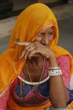 Lantliga kvinnor i den traditionella klänningen, Rajasthan, Indien Royaltyfria Bilder