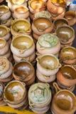 Lantliga lerakrukor som används i traditionell matlagning och i rur royaltyfria bilder