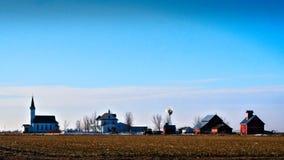 Lantliga midwest slättar lantgård och kyrkaplats Arkivfoto