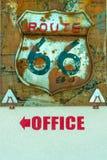 Lantliga Route 66 undertecknar över ordkontoret Arkivfoton