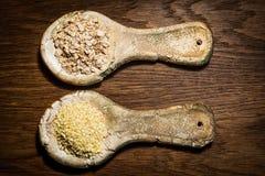 Lantliga skedar för stiliserad gammal lera Keramiska skedar med havremål Arkivfoto