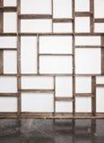 Lantliga stilhyllor på den vita väggen arkivfoto
