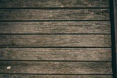 Lantliga träplankor på den gamla pir royaltyfri bild