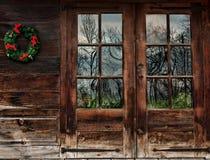 Lantliga wood dörrar Arkivbild