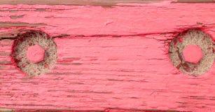 Lantligt åldrigt grungy grovt trä stiger ombord gammalt trä med röd målarfärg Arkivbild