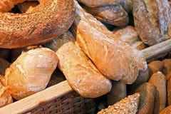 Lantligt brödval i en korg Arkivfoto