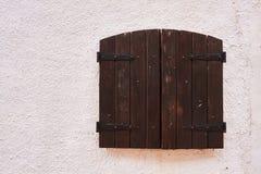 Lantligt brunt träfönster royaltyfria foton
