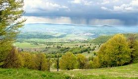 Lantligt Carpathian landskap Rumänien fotografering för bildbyråer