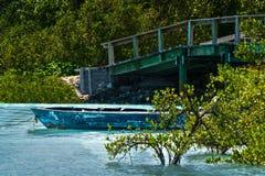 Lantligt fartyg i en tyst lagun Arkivbild