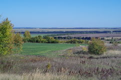 Lantligt höstlandskapfält, avlägsen horisont Arkivfoto