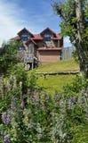 Lantligt hem med gavlar och taket för röd tegelplatta i Puerto Natales, Patagonia Chile royaltyfri fotografi