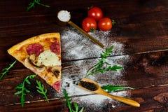 Lantligt hem som göras champinjonpizza royaltyfria foton